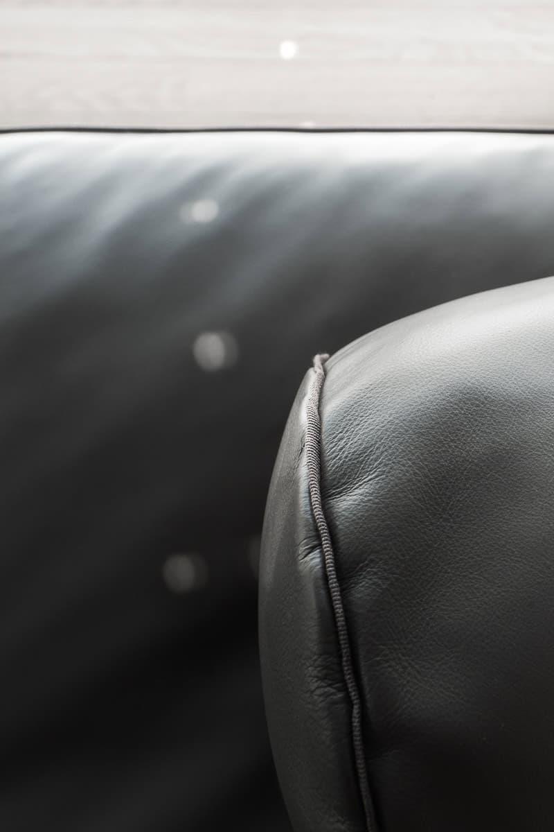 Canapé noir en cuir de la marque Flexform. Architecte d'intérieur, showroom Archidomo Interior à Annecy, Talloires, Megève, Courchevel