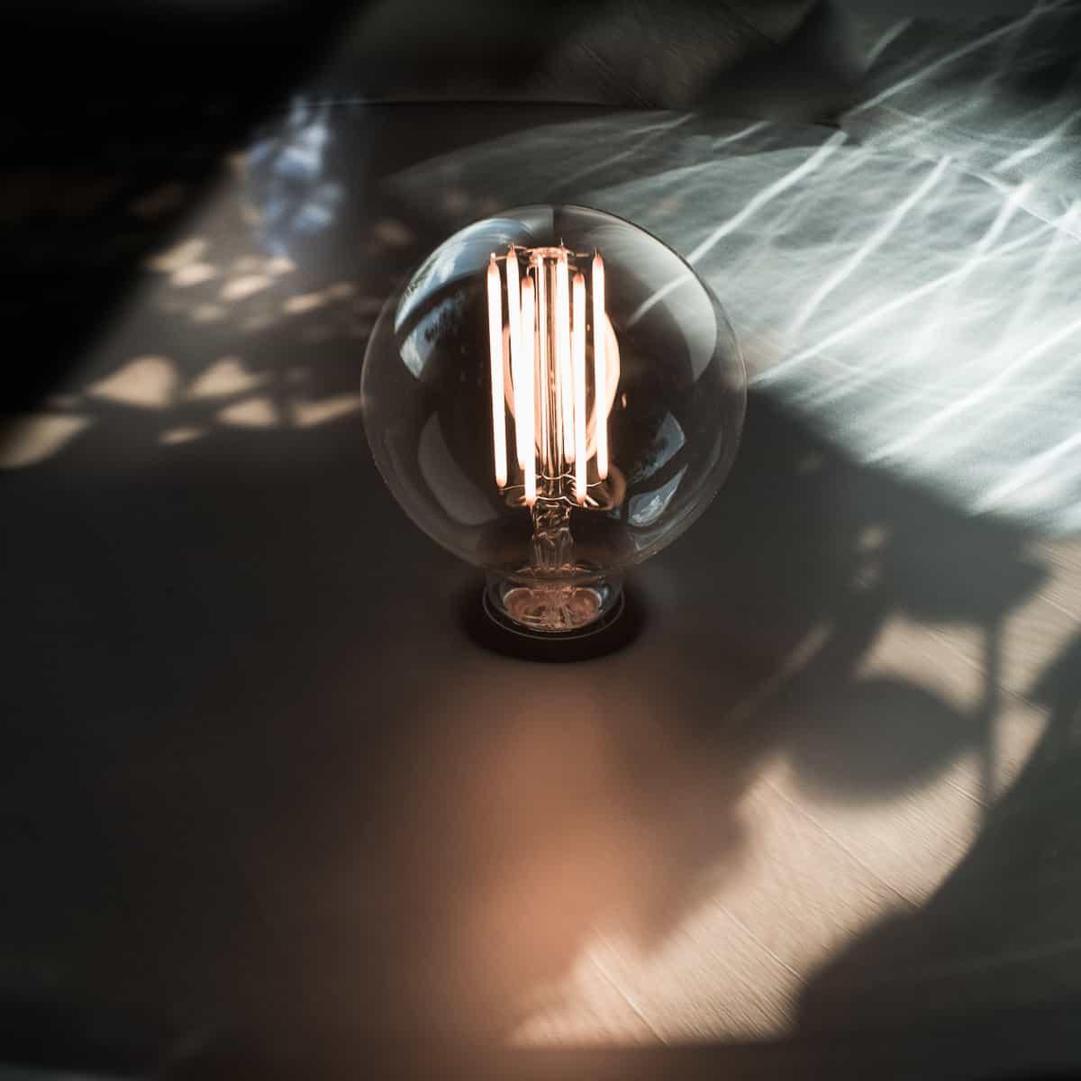 Détail lampe Brokis. Architecte d'intérieur, showroom Archidomo Interior à Annecy, Talloires, Megève, Courchevel