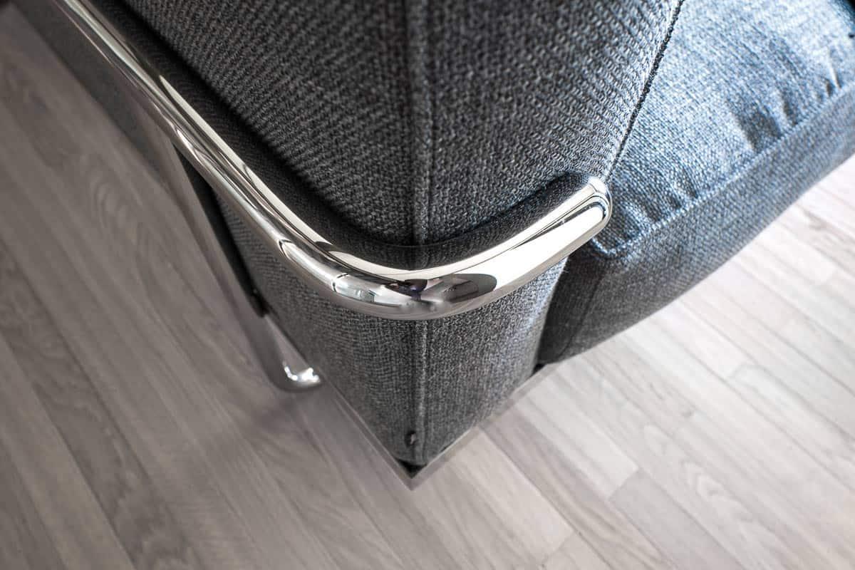 Détail Tissus et métal chromé du canapé Cassina dans notre showroom d'Annecy Talloires